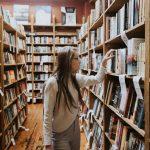 student-in-bibliothek